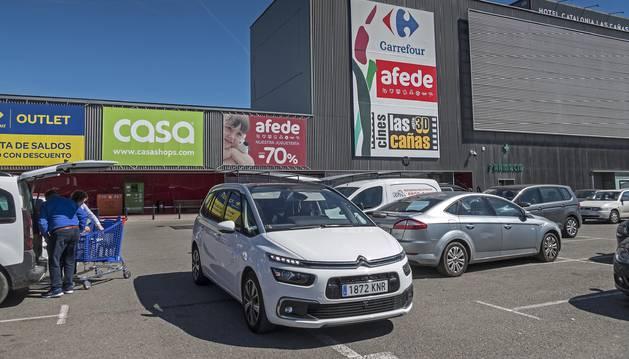 Foto de la entrada principal del centro comercial Las Cañas de Viana.