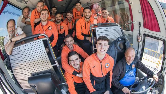 Foto de la expedición del Aspil-Vidal posa en el autobús antes de poner rumbo a Ciudad Real.