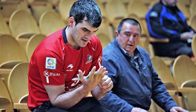Joseba Ezkurdia repasa la protección de su mano derecha durante la elección de material que tuvo lugar el martes en el Labrit.