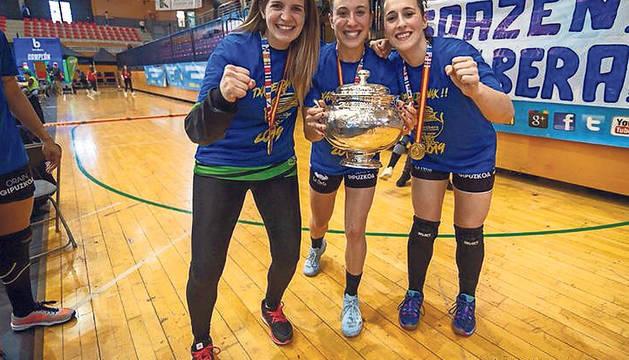 Maite Zugarrondo, Leire Aramendía y Nekane Terés, con el trofeo de la Copa de la Reina.