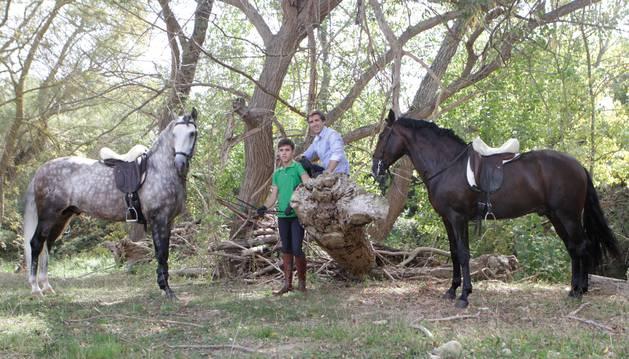 Guillermo y Pablo Hermoso de Mendoza, en Zaraputz, con sus caballos Fago (tordo) e Impaciente (castaño).