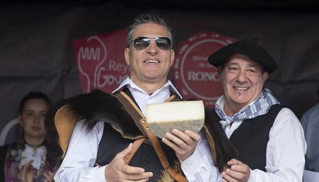 Foto del músico Serafín Zubiri, que fue homenajeado ayer en Burgui con la almadía de oro, fue el encargado de cortar el primer queso con Denominación de Origen Roncal de la campaña de 2019.