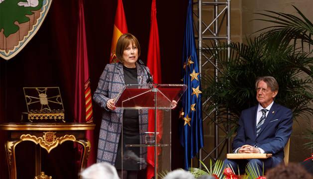 Barkos, durante su discurso en la entrega del galardón de Tomás Yerro, sentado junto a ella.