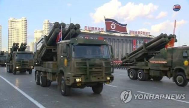 Cohetes de 300-mm en un desfile en la capital de Corea del Norte, Pyongyang.