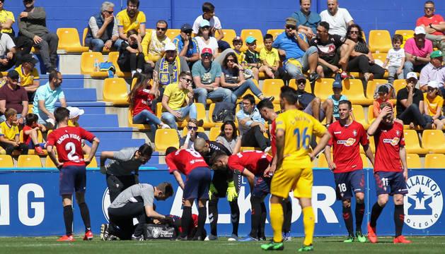 Unai García, en el suelo, rodeado de sus compañeros.