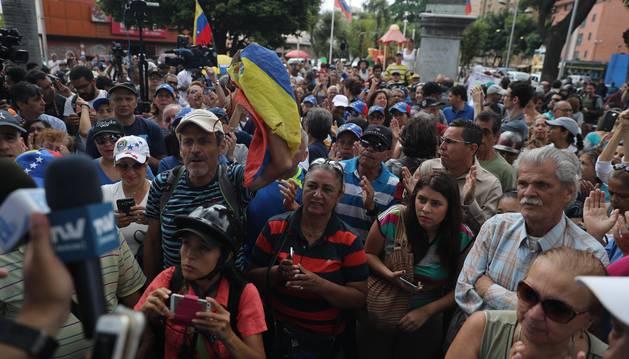 Foto de venezolanos se manifiestan este sábado en Caracas (Venezuela).