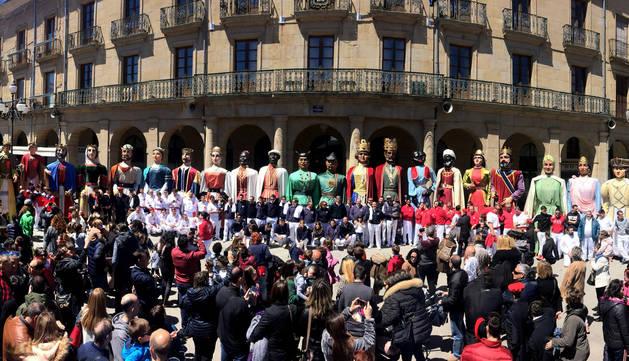 Foto de las 24 figuras que ayer bailaron en Tafalla en la plaza de Navarra al término de la mañana.