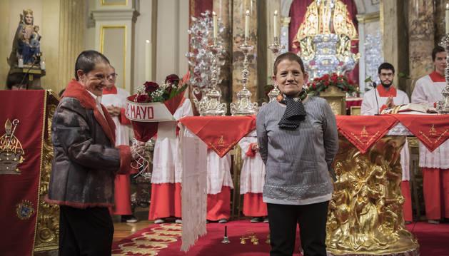 Foto de las hermanas Yolanda y José Serrano Cañamares entregaron las cinco rosas a San Fermín.