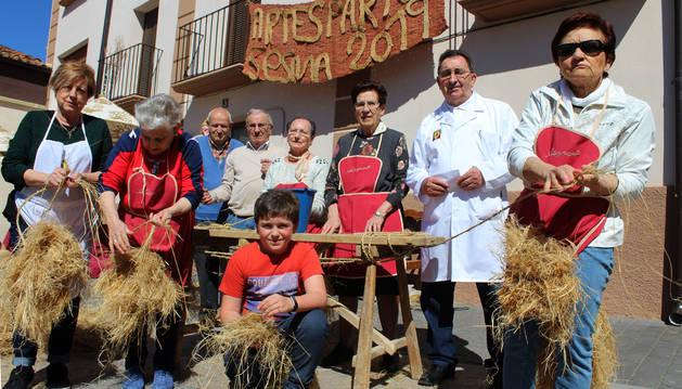 Foto del pequeño sesmero Raúl Rodríguez Ezquerro con algunos de los voluntarios de Artesparto 2019.