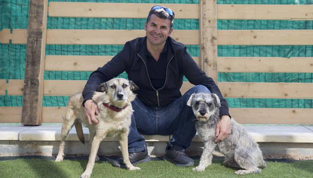 Fox con Javi  García Lacalle y Pol en su hogar de Berriozar.