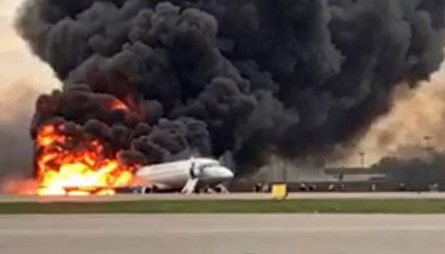 Foto del avión tras aterrizar de emergencia en el aeropuerto de Cheremetievo en Moscú.