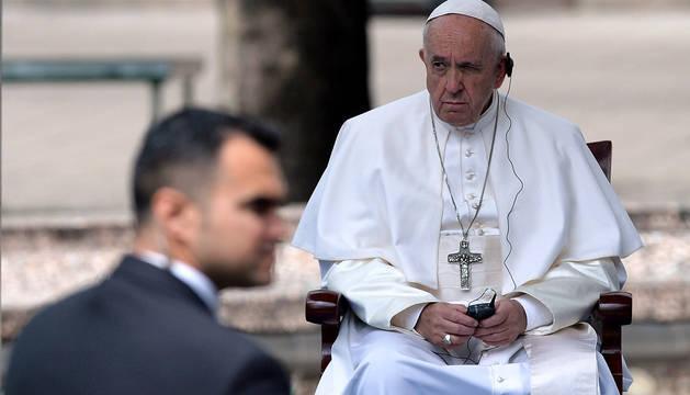 El papa, durante la ceremonia oficial tras su llegada a Sofia, capital de Bulgaria.