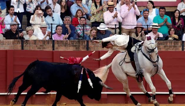 Guillermo Hermoso de Mendoza, con el segundo toro de su lote, al que cortó una oreja.