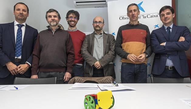 Desde la izquierda, Eduardo Lara, Ángel Marco, Josu Sueskun, Jesús Pérez, Guillermo Erice y Luis Pegenaute, durante la presentación del encuentro. En primer plano, uno de los escornabots de Dictel.