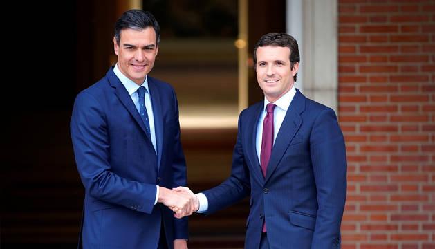 Sánchez y Casado, en la puerta de la Moncloa.