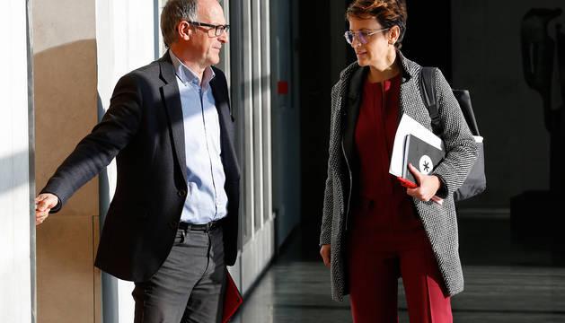 Adolfo Araiz, (EH Bildu), junto a María Chivite (PSN), en el Parlamento de Navarra.