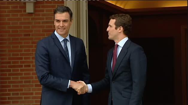 Sánchez recibe a Casado en La Moncloa con un apretón de manos
