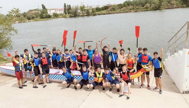 Estudiantes y profesores del grado medio de Conducción de Actividades Físico-Deportivas en el Medio Natural posan juntos en el embarcadero del Ebro.