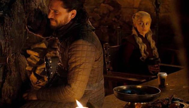 Imagen del vaso sobre la mesa junto al personaje de Daenerys Targaryen.
