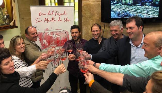 Asistentes al acto de presentación del Día del Rosado brindan con vinos de San Martín en San Sebastián.