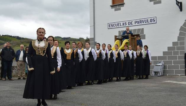 Mertxe Ibáñez, como hace 50 años, se encargó de abrir el baile del 'Axuri Beltza'.