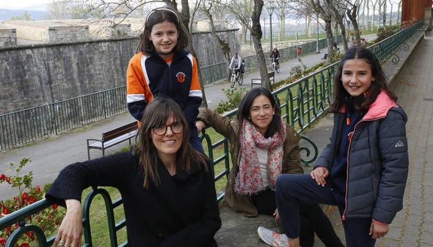 De izda a dcha: Carmen Labiano, Nerea Asurmendi, Miriam Cenoz e Irati Asurmendi, en Pamplona.