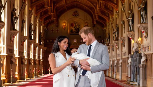 Meghan Markle y el príncipe Harry presentan en sociedad a su hijo.