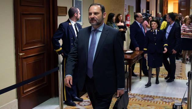 El ministro de Fomento, José Luis Ábalos, tras recoger su acta de