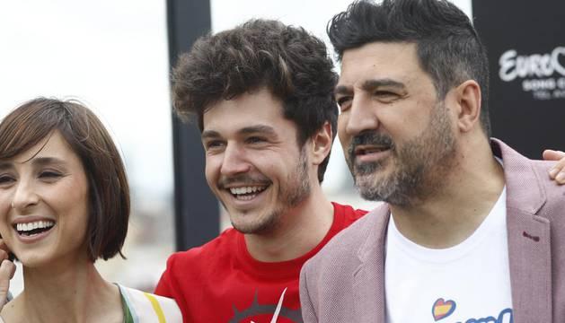 La presentadora de RTVE, Julia Varela; Miki Núñez; y el presentador de Los40, Tony Aguilar, durante la rueda de prensa de despedida de Miki antes de participar en Eurovisión.