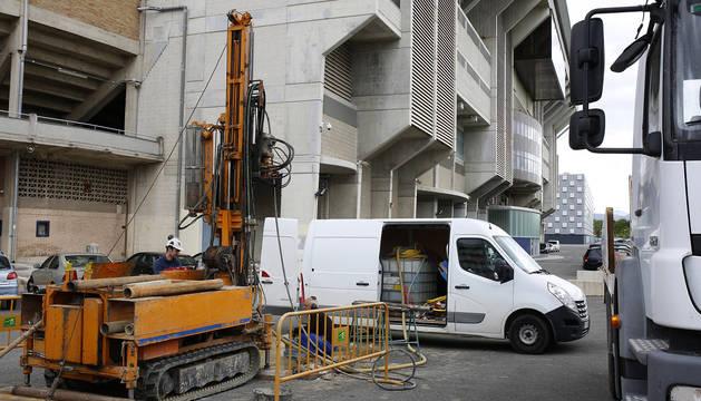 Uno de las cuatro zonas del estadio donde están realizando perforaciones.