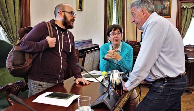 Armando Cuenca (Aranzadi) y Edurne Eguino (I-E) hablan con el alcalde Joseba Asiron (EH Bildu).