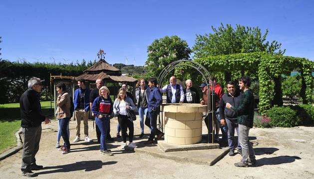 Los alumnos internacionales que se encuentran en Peralta visitan la finca de prácticas del centro.