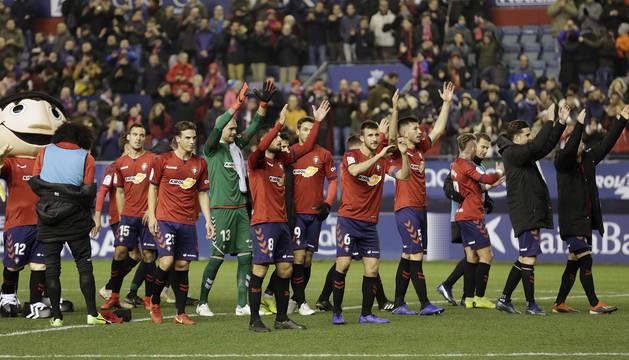 Los jugadores de Osasuna agradecen el apoyo al público el 6 de enero ante el Cádiz.
