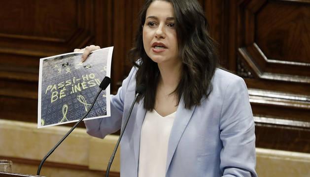 La líder de Ciudadanos en Cataluña, Inés Arrimadas, muestra una imagen de las pintadas que han aparecido ante su domicilio.