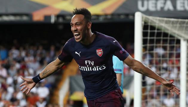 El delantero del Arsenal Pierre-Emerick Aubameyang celebra uno de los tantos anotados en Mestalla.