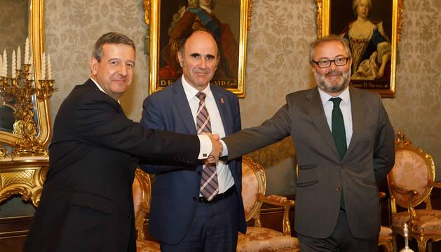 Antonio de la Torre, Manu Ayerdi y Julio Castro, tras la firma del acuerdo.