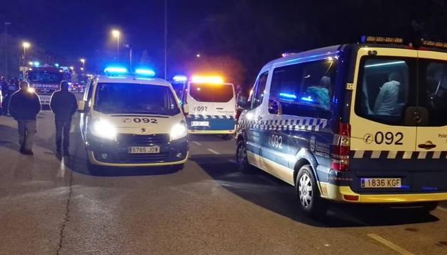 Varias furgonetas de la Policía Municipal de Pamplona, en el lugar del incencio en Buztintxuri.