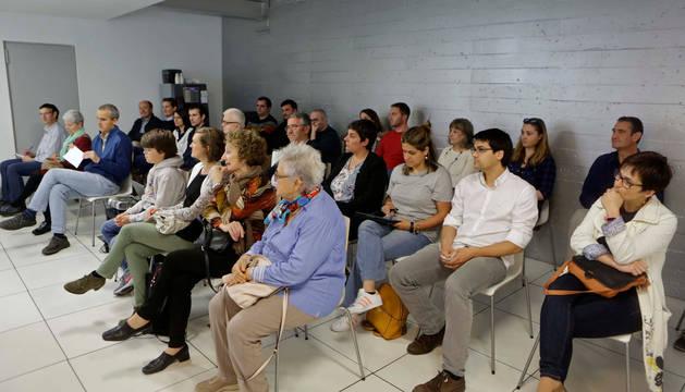 Más de treinta personas de todas las edades asistieron el jueves por la tarde a la conferencia sobre 'Economía familiar' del economista Carlos Medrano, en la sede de Diario de Navarra, en Cordovilla.