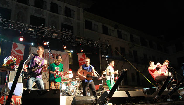 Imagen de la actuación que el grupo La Pegatina ofreció en la plaza de los Fueros de Tudela durante las fiestas patronales de 2013.