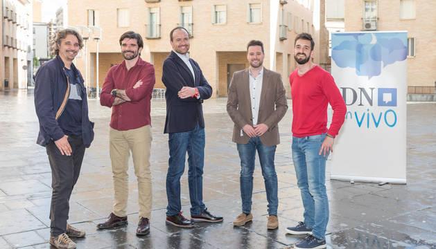 De izquierda a derecha, los candidatos de Podemos, Dani López; Izquierda-Ezkerra, Eneko Larrarte; Ángel Sanz (PSN); Alejandro Toquero (Navarra Suma); y Mikel Sánchez (CUP) posan en la plaza de la Judería de Tudela justo antes de comenzar el debate.