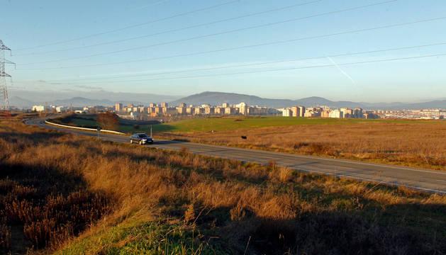 Los terrenos de Donapea, con el perfil de Pamplona al fondo.