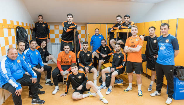 PREPARADOS PARA EL PLAY-OFF Los jugadores del Aspil-Vidal posan, junto con el cuerpo técnico, en el vestuario del Ciudad de Tudela.