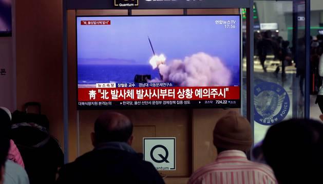 Varios surcoreanos siguen por televisión el lanzamiento de una serie de proyectiles no identificados desde Corea del Norte, en la Estación de Seúl (Corea del Sur), este jueves.