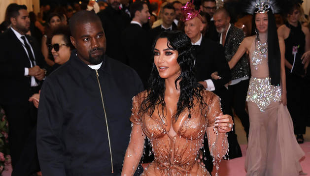 Kanye West y Kim Kardashian a su llegada a la gala de lso Prmeios MET en el Museo Metropolitano de Nueva York.