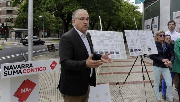 Enrique Maya, en la avenida Pío XII en la presentación del programa de Navarra Suma para Pamplona.