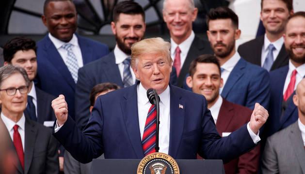 El presidente de los Estados Unidos, Donald Trump, habla durante una ceremonia en honor a los Red Socks de Boston.