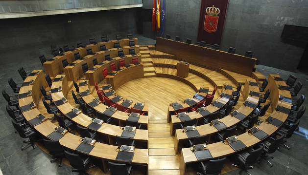 EL HEMICICLO DEL PARLAMENTO. Aquí se sentarán el 19 de junio los parlamentarios que elegirán los navarros el 26-M. Está en la sede del Legislativo, en la calle Navas de Tolosa 1, junto al Paseo de Sarasate. En los sillones rojos de la primera fila se sientan los miembros del Gobierno de Navarra. En la mesa situada tras la tribuna de oradores estarán sentados los cinco miembros de la Mesa que dirige el Parlamento y que los parlamentarios elegirán ese 19 de junio. Son las personas que ocuparán la presidencia del Parlamento, las dos vicepresidencias y las dos secretarías. josé carlos cordovilla.