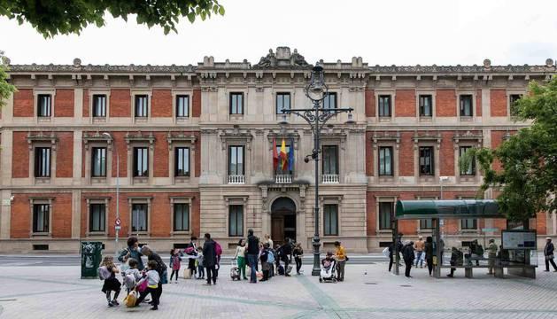 Fachada del Parlamento de Navarra, en Navas de Tolosa, 1, junto al Paseo de Sarasate.