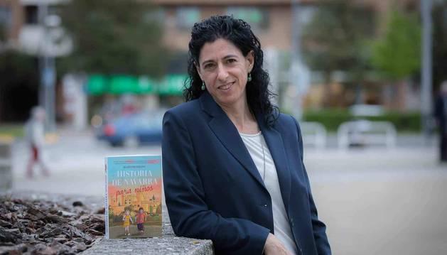 La escritora Begoña Pro Uriarte posa con su libro para esta entrevista.