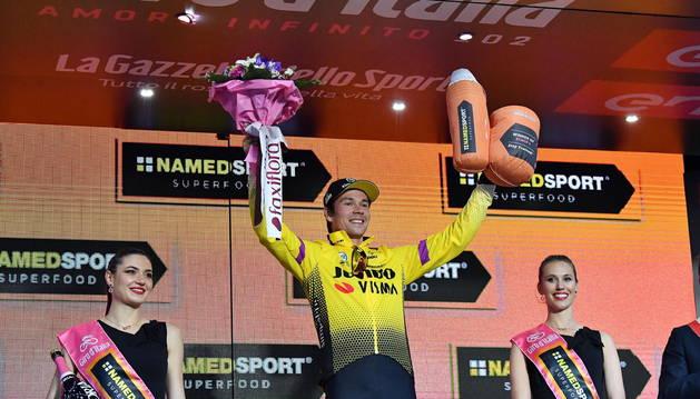 Foto de Roglic celebra el triunfo en la primera etapa del Giro.